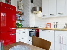 roter retro kühlschrank kuche bosch smeg weiße küchenschränke backsteinwand