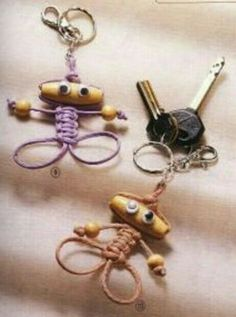 Adorable little macramé people. Directions are not in English, but the pictures… Macrame Knots, Micro Macrame, Macrame Jewelry, Macrame Bracelets, Diy Jewelry, Jewelery, Jewelry Making, Paracord Projects, Macrame Projects