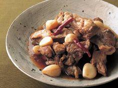 ジョン キョンファ さんの豚スペアリブを使った「スペアリブのうま煮」。スペアリブは骨からホロリと身がはずれるほど柔らかく、にんにくは栗のようにホクホクと煮上がります。 NHK「きょうの料理」で放送された料理レシピや献立が満載。