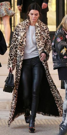 See all of Kendall Jenner& chicest street style looks. Kendall Jenner Mode, Long Faux Fur Coat, Winter Stil, Leopard Coat, Street Style Looks, Street Chic, Street Fashion, Pull, Stylish Outfits