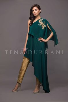 Teena Durrani Tori dress Luxury Pret Contemporary 2017 Durrani DurraniTori dress DurraniLuxury Pret Contemporary Durranifashion Whatsapp: 00923452355358 Website: www. Pakistani Dresses, Indian Dresses, Indian Outfits, Frock Fashion, Fashion Dresses, Fashion Pants, Look Short, Indian Designer Wear, Unique Dresses