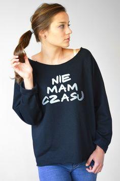 Wygodna bluza damska koloru czarnego z oryginalnym nadrukiem hasła: NIE MAM CZASU.  Bluza wykonana z grubej dzianiny dresowej, miękkiej i miłej w dotyku. Idealna na chłodne jesienne...