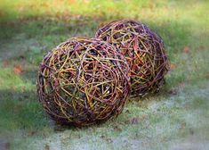 Willow ball for garden decor. Rock Crafts, Diy And Crafts, Crafts For Kids, Handmade Christmas Gifts, Upcycled Crafts, Nature Crafts, Garden Art, Garden Ideas, Easter Crafts