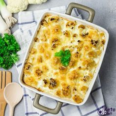 Cauliflower mac and cheese is extra cheesy and melty! This Keto dish tastes so much like the real deal that I bet you won't even miss the carbs. Ketogenic Recipes, Diet Recipes, Healthy Recipes, Healthy Fats, Keto Meal Plan, Diet Meal Plans, Gouda, Parmesan, Keto Burger