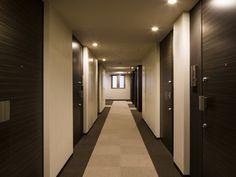 プライバシー性を高めるとともにホテルライクな高級感を演出する内廊下。開口部や器具等のレイアウトも考慮し高いデザイン性を誇ります。