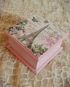 Decoupage Vintage, Decoupage Wood, Tin Can Crafts, Diy And Crafts, Antique Mailbox, Girls Jewelry Box, Bottle Cap Crafts, Painted Trays, Shabby Chic Pink