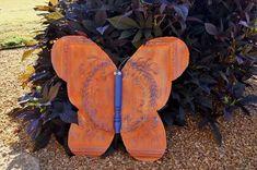 Repurposed Life cut a butterfly from a rusty square of tin ceiling tile, Garden Crafts, Garden Art, Garden Ideas, Flea Market Gardening, Fairy Gardening, Metal Ceiling Tiles, Metal Yard Art, Tile Crafts, Flea Market Style