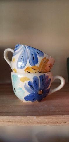 Taza Flor Azul - Comprar en Más que cemento #tazasceramica Taza Flor Azul - Comprar en Más que cemento Painted Coffee Mugs, Painted Cups, Pottery Painting Designs, Pottery Designs, Ceramic Cafe, Ceramic Pottery, Crackpot Café, Cute Cups, Wheel Thrown Pottery