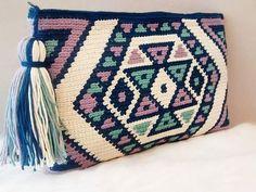 Diy Crafts - Tote bag in crochet style wayuu clutch of by VientosurSantander Crochet Diy, Tunisian Crochet, Crochet Chart, Love Crochet, Crochet Style, Crochet Pillow, Crochet Clutch, Crochet Handbags, Crochet Purses