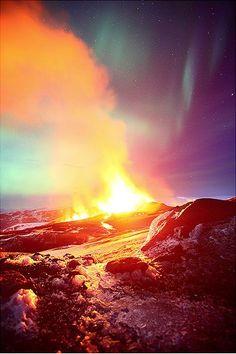 Vulcão e Aurora Boreal se encontram em uma explosão de luzes e cores - TecMundo
