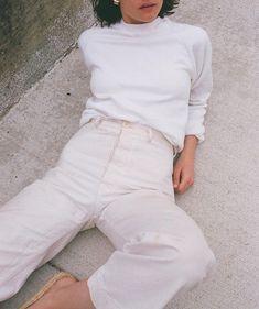 White pants and white turtleneck. Mode Style, Style Me, Spring Summer Fashion, Winter Fashion, Style Minimaliste, All White Outfit, White Turtleneck, Street Style, Streetwear