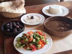 La soupé brune, appelé rumanhia est réalisée à partir de lentilles brunes et de mélasse de grenade. Elle est accompagnée des olives de l'oasis, de tahina (purée de sésame), de salade (tomates, concombres, coriandre), de aïch-baladi (pain) et de riz - cuisine égyptienne