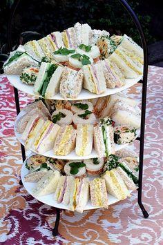 Sandwiches van licht en donker brood met verschillend beleg. - krabsla en veldsla - kip curry met bieslookrandje - platte kaas met komkommer - eiersalade met radijs en bieslook - Philadelphia met waterkers, kalkoen en currypoeder