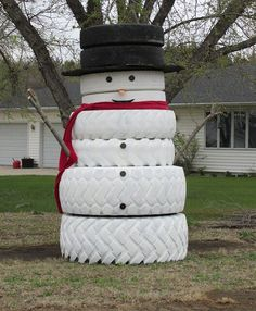 I saw this tire snowman in front of a farm house in northeastern Nebraska. It was still on display well after Christmas. I thought this was such a clever idea. It is a good way to recycle old tires. Christmas Tree Jar, Christmas Farm, Christmas Lights, Christmas Crafts, Christmas Displays, Tire Art, Christmas Light Installation, Tyres Recycle, Recycled Tires