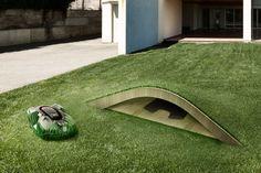 Andreas Klok Pedersen i BIG; Bjarke Ingels Group, har designet dette lille og diskrete gressklipperkrypinnet med en godt kamuflert gressklipper.  (ILLUSTRASJON:: HUSQVARNA)