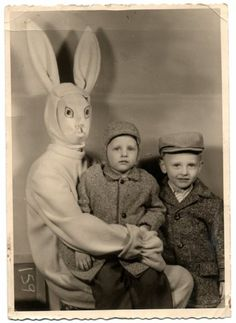 And you thought the rabbit from Donnie Darko was creepy. By the look on his face, this bunny is ready to eat this little boy. That baby's face says - Funny - Check out: Vintage Easter Bunny Photos That Will Make Your Skin Crawl on Barnorama Donnie Darko, Vintage Bizarre, Creepy Vintage, Funny Vintage, Funny Shit, The Funny, Funny Stuff, Scary Stuff, Funny Humor
