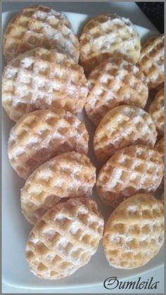 """Salam alaykoum, On appelle ces gâteaux """"chahda"""" qui signifie « ruche » en référence à leur forme. Pour cela on peut soit faire les trous avec une pointe d'un ustensile ou bien comme ici se servir de la partie en plastique (grille) du coupe-frites. Ces..."""