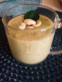 Vihersmoothie! Kookosvesi, kiivi, minttu ja omena. Päällä cashew pähkinöitä sekä mintun lehti.