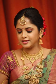 9 Nethi Chutti styles every bride needs to know! How To Choose Indian Bridal Jewellery Indian Bridal Hairstyles, Indian Bridal Outfits, Indian Bridal Wear, Indian Dresses, Bridal Accessories, Wedding Jewelry, Indiana, Bride Portrait, Wedding Portraits