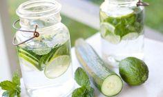 Combina una rebanada de pepino picada con jugo de limón. Además de saber bien, está científicamente probado que esta agua te desintoxica y reduce la grasa. Si lo prefieres, puedes agregar hojitas de menta.