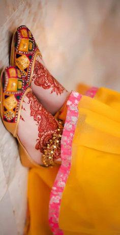 Best Mehndi Designs For Foots - Bridal Mehandi Designs You Must Love Bridal Mehndi Dresses, Desi Wedding Dresses, Indian Bridal Outfits, Bridal Sandals, Bridal Shoes, Wedding Shoes, Anklet Designs, Mehndi Designs, Warrior Princess