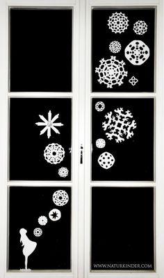 Ein Fenster, Papiersterne, ein kleines Mädchen. Fertig ist das Wintermärchen in Eurem Fenster. Die Vorlage/Schablone für unser Sterntalermädchen findet Ihr hier zum Runterladen. Viel Spass beim Werkeln wünscht Euch Caro