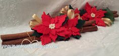 Decoro natalizio realizzato con stecche di cannella e fiori tipo stelle di natale in feltro.