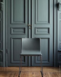 Colour drench! Isn't this blue-green-grey colour so gorgeous? As are the panelled doors . This colour looks very similar to Little Greene's Livid colour from their new blue range. Love how moody yet calming it is . : Livet Hemma
