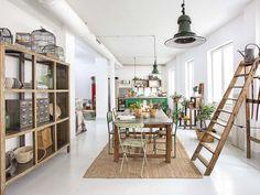 Vandaag kijken we binnen in dit vakantiehuis in Madrid. Het interieur is een mix van veel verschi...