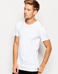 Lang geschnittenes T-Shirt von Esprit weiches Jersey Rundhalsausschnitt doppellagiges Design langer Schnitt länger als reguläre Länge übergroße, weite Passform Maschinenwäsche 100% Baumwolle Model trägt Größe M und ist 183 cm/6 Fuß 0 Zoll groß