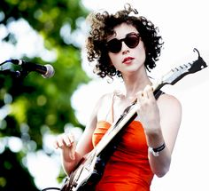 St. Vincent - short curly haircut Love this hair! and the glasses