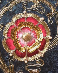 Потихоньку процесс идет:)))#вышивкагладью #золотоешитье #винтажныеукрашения #винтаж #хендмейд #золотое_шитье #розы #тюдоры Bullion Embroidery, Couture Embroidery, Gold Embroidery, Embroidery Stitches, Embroidery Patterns, Renaissance, Lace Painting, Tudor Rose, Gold Work