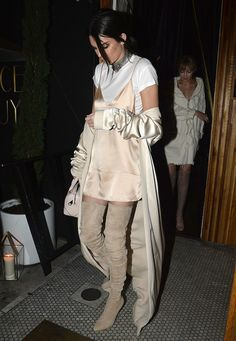 Slip dress + camisetinha + gargantilha + bota + casacão.