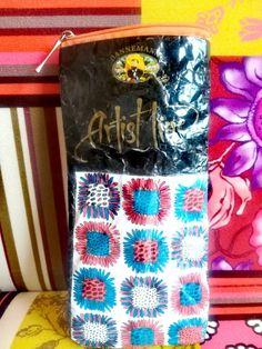 Das Täschchen besteht aus Verpackungsmaterial, die Blumen sind aus Papier und wurden vorher bemalt. Der Reißverschluss wurde wieder verwertet. 🆙cycling 😉 Lunch Box, Paper, Wrapping, Floral, Bento Box
