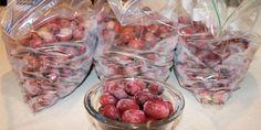 Pour congeler les morceaux de fruits pré-coupés, le mieux, c'est de les étaler sur du papier sulfurisé sur une plaque à cuisson. Puis, de les mettre dans un sac de congélation. En congelant les fruits individuellement, c'est plus simple de choisir la quantité dont vous avez besoin.