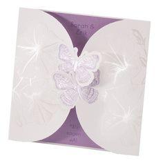 Diese Einladungskarte zum Aufklappen bezaubert mit einem romantischen Blütenmuster und fliederfarbenen Schmetterlingen