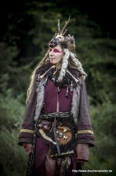 Great example of a necromancer/ shaman. Medieval Witch, Medieval Fantasy, High Fantasy, Costume Viking, Viking Dress, Larp Costumes, Medieval Dress, Vikings, Cosplay