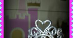 En esta entrada os mostraré en un sencillo paso a paso cómo modelar una delicada corona de pasta de goma para adornar cualquier dulce para ... Heart Ring, Jelly Beans, Modeling Paste, Gum Paste, Cakes For Kids, Pink Out, Simple