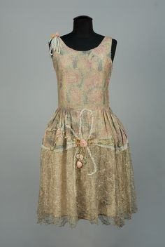 PRINTED LAME and METALLIC LACE ROBE de STYLE, 1920s.