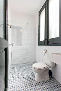 Renovarse o morir   Galería de fotos 24 de 29   AD Small Toilet Room, Bathroom Toilets, Bathroom Inspiration, Bathrooms Remodel, Small Toilet, Contemporary Bathroom Designs, Victorian Homes, Bathroom Design, Contemporary Bathroom