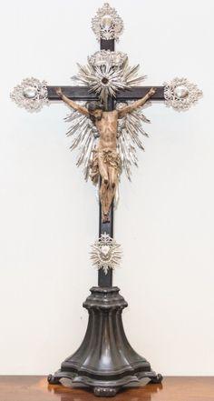 Imagem de Cristo Crucificado, Nosso Senhor do Bonfim, madeira policromada. Cruz de jacarandá, resplendor e dísticos em prata. Bahia, século XIX. Alt. 95cm. Vendido. 5.000,00.