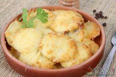 BATATAS AO FORNO; Descasque as batatas e corte-as em fatias redondas da mesma espessura. Unte uma forma refratária com manteiga. Derreta a manteiga restante numa frigideira com a salsinha. Arrume as batatas na forma, colocando uma camada de batatas, polvilhe com sal e pimenta-do-reino. Regue com um pouco de manteiga derretida. Cubra com fatias de mussarela. Jogue por cima o leite e o creme de leite. Polvilhe com queijo parmesão ralado. Leve ao forno para assar. Rendimento: 10 porções