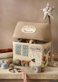 Sewing machine cover patchwork 42 Ideas for 2019 Fabric Art, Fabric Crafts, Sewing Crafts, Sewing Projects, Diy And Crafts, Arts And Crafts, Sewing Baskets, Fabric Houses, Sewing Box