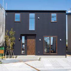 * 飽きがこなくて、ずっと、使用されているブラックのガルバのお家✨ 最近では断熱もついたガルバだったり、ガルバ風のサイディングがでたりで、施工も日々進化していってるので、良いお家作りができるよね🎵 そして、ブラウンをアクセントにしてて目を引きます❤️ #建匠 #高知 #住宅#外観デザイン #インテリア #コーディネーター #follow4follow #デザイン住宅 #ガルバリウム #新築一戸建て #建築家とつくる家 #マイホーム #マイホーム計画中 #マイホーム計画中の人と繋がりたい
