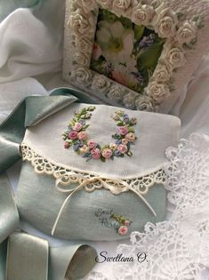 Getting to Know Brazilian Embroidery - Embroidery Patterns Embroidery Bags, Hardanger Embroidery, Learn Embroidery, Silk Ribbon Embroidery, Vintage Embroidery, Embroidery Supplies, Brazilian Embroidery Stitches, Hungarian Embroidery, Hand Embroidery Stitches