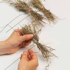 Floristik-Tipp: Bündeln von Werkstoffen Christmas Arrangements, Floral Arrangements, Art Floral, Floral Design, Dried Flowers, Paper Flowers, Rama Seca, Diy Spring Wreath, Flower Installation