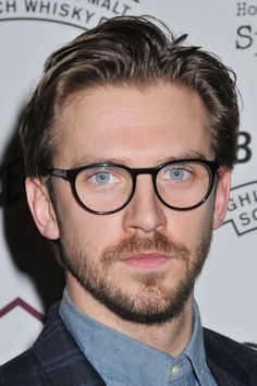 Oh my gosh! Dan Stevens wears glasses! He's soooo adorable!!!