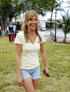 Jennifer Aniston: love her light yellow tee and light jean shorts from Marley and Me. Love her bangs in this movie Peinados Jennifer Aniston, Jennifer Aniston Pictures, Jennifer Aniston Style, Tokyo Street Fashion, Beautiful Celebrities, Most Beautiful Women, Jennifer Anisten, Grunge Style, Soft Grunge