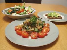 5 minute meal: Salad, Quinoa with onions and broccoli, Pumpernickel with fresh avocado - yummy!