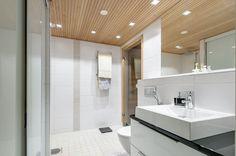 Tunnelma! Valkoista laattaa, puunvärinen kaato+saunan oven pokat, musta kivitaso. Tähän vain koristelaatta suihkuun(valkoinen)